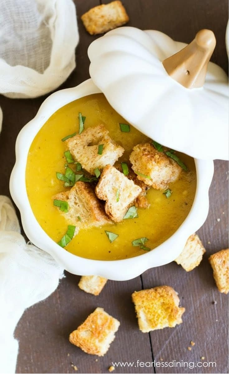 An easy vegan roasted acorn squash soup recipe with crunchy homemade pumpkin spice croutons.